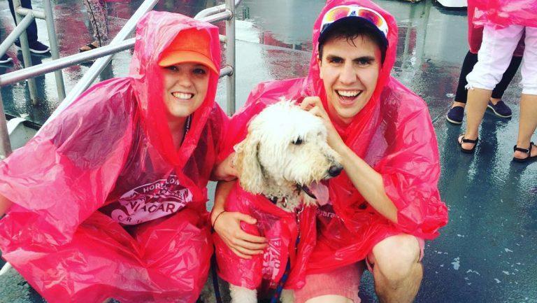 Anjing dan pemilik di Niagara Cruise